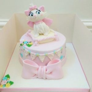 Нежно розовый торт с фигуркой кошечки