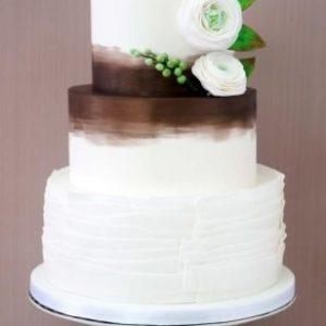 Ніжний білосніжний торт з переходом і квітами