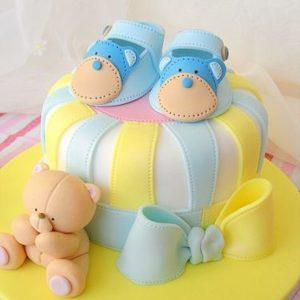 Яркий, разноцветный тортик с пинетками и мишкой