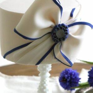 Тортик с бело-синим бантом