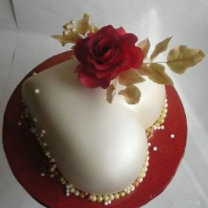 Торт сердце с мастичной розой
