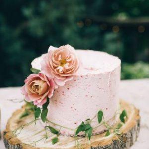 Простий, рожевий тортик з натуральними квітами