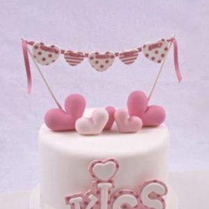 Тортик для влюбленных с сердечками и поцелуем