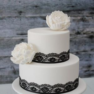 Торт с красными ленточками и цветами