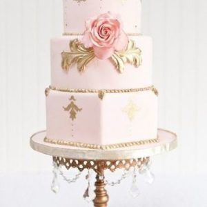 Трехъярусный торт с золотом