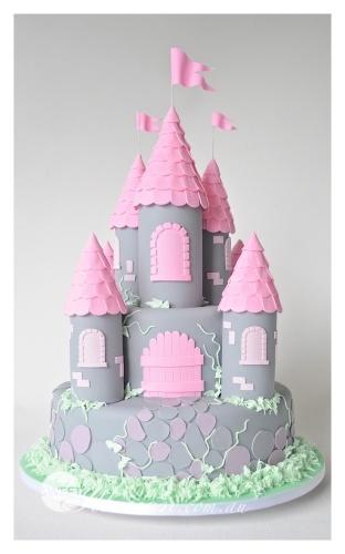 Детский торт на заказ в виде замка