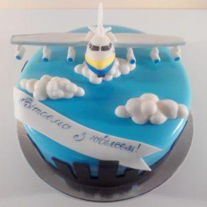 Торт в виде облаков с фигуркой самолета