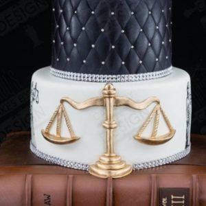 Высокий белоснежный торт с красными ленточками и бантами