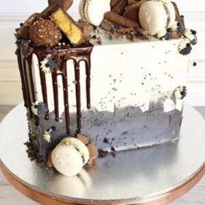 Прямоугольный торт с макарунами
