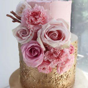 Рожевый торт з квітами