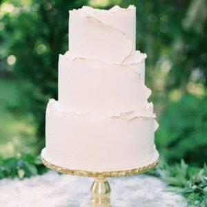 Білий торт на весілля три яруси
