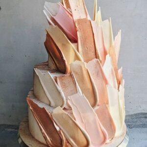 Свадебный торт с шоколадными перьями