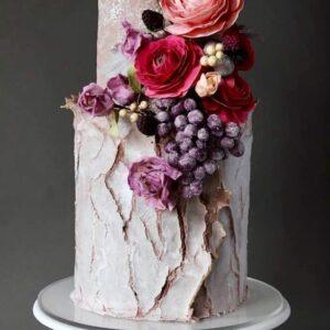 Торт з ягодами і квітами на весілля