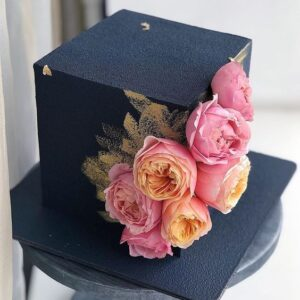 Квадратний торт прикрашений велюром і квітами