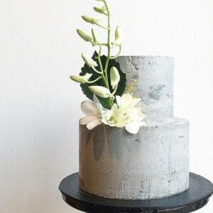 Свадебный торт украшенный лилией