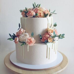 Двох'ярусний торт прикрашений квітами