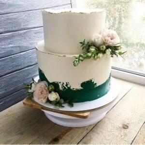 Торт прикрашений піоновидними трояндами