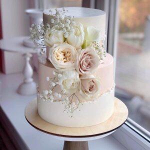 Торт на свадьбу в два яруса украшенный цветами