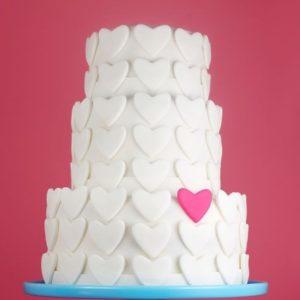 Трехэтажный тортик с кубов и тёмно-синими ленточками