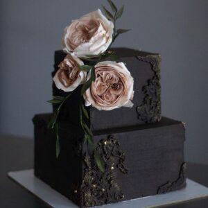 Квадратний двох'ярусний торт на весілля