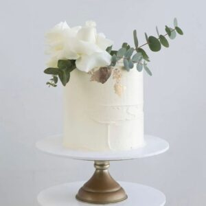 Одноярусный свадебный торт украшенный цветами