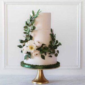 Трехъярусный свадебный торт украшенный цветами