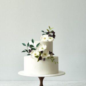 Двох'ярусний білий торт з квітами