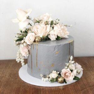 Свадебный торт украшенный серым кремом