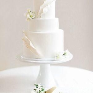 Триярусний білий торт на весілля