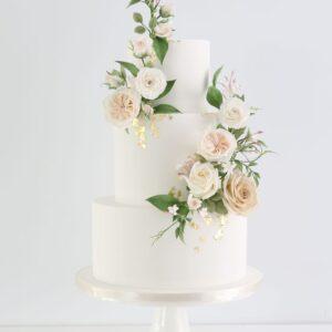 Білий торт в три яруси з квітами