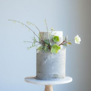 Двухъярусный торт украшенный живыми цветами