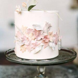 Білий торт з мастичними квітами