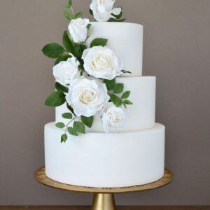 Трехъярусный свадебный торт с цветами