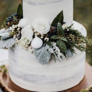 Двухъярусный свадебный торт украшенный цветами