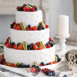 Трехъярусный торт с фруктами