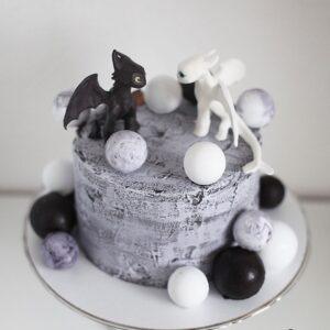Торт з фігурками драконів