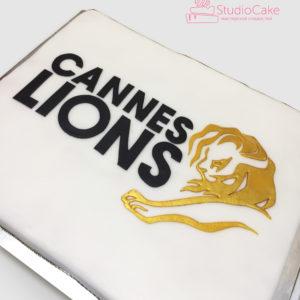 Белый торт с логотипом