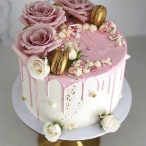 Торт с макарунами и цветами