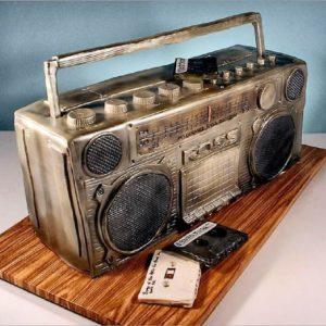 Ретро торт у вигляді касетного магнітофона