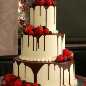 Торт полит шоколадом с клубникой