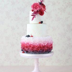 Белый торт с мастичными украшениеми