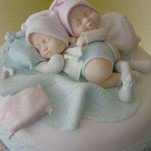 Нежный торт с фигурками младенцев