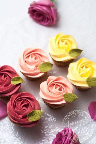 Капкейки в виде роз разных цветов