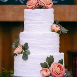 Кремовий торт з живими трояндами