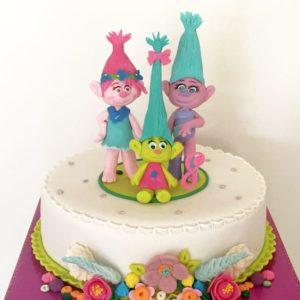 Торт украшенный цветами и младенцем в центре