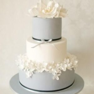 Бело серый торт с мастичными цветами