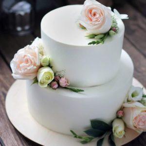 Білий торт з живими квітами