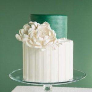 Бело-зелёный тортик с цветком