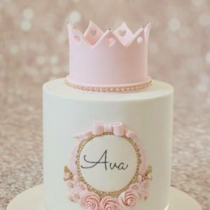Білий тортик з короною із мастики