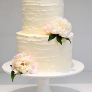 Белоснежный торт с ленточками украшенный цветами